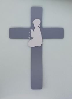 Croix enfant en prière (5 couleurs au choix)